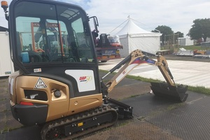 Gap snap   tracy jones   gold excavator at plantworx (jpeg) listing